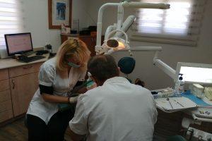 """ד""""ר מייק ברנשטיין בזמן טיפול שורש"""