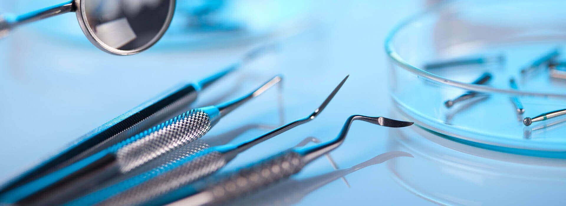כלי של רופא שיניים בראשון לציון