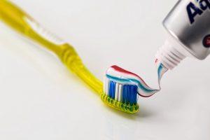 הקפדה על צחצוח שיניים לאחר שיננית ועקירת שיניים