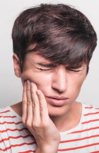 איש עם נפיחות אחרי התשלת שיניים